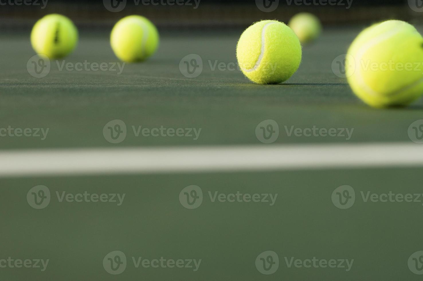 rij tennisballen op de ondergrond foto