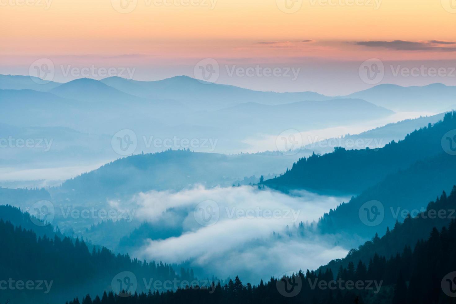 niebla y nube paisaje de valle de montaña foto