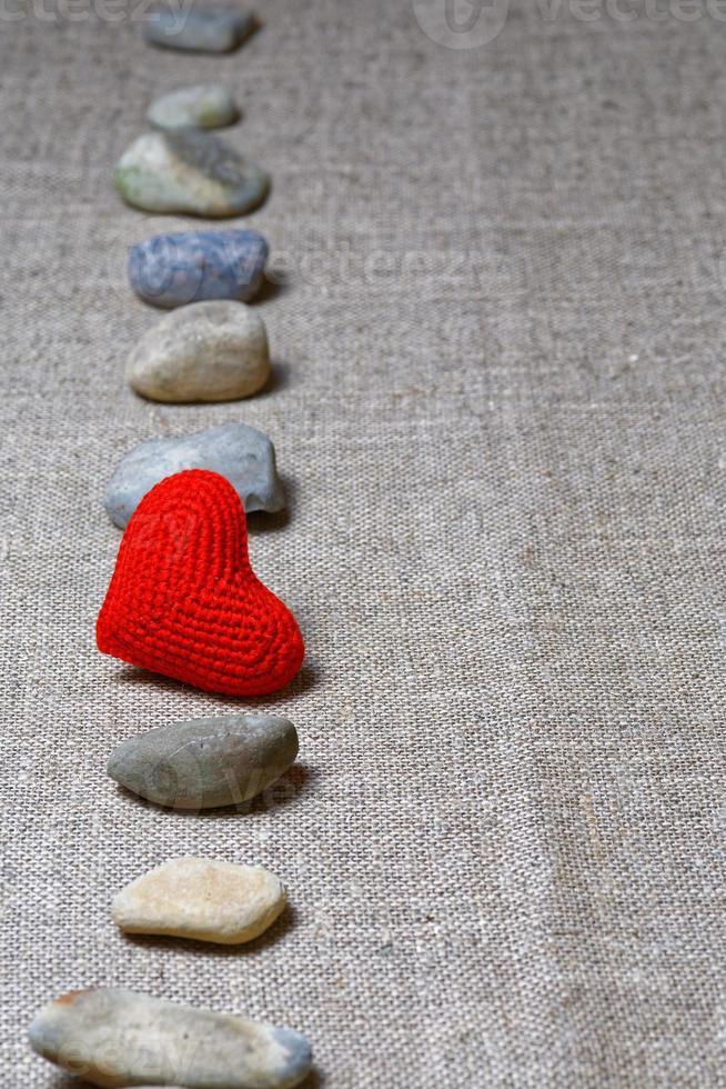coeur rouge dans une rangée verticale de pierres photo