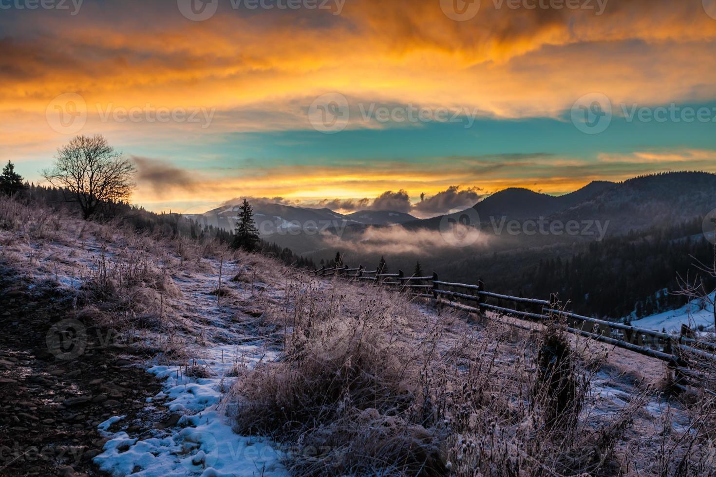 Fantástico paisaje de invierno. dramático cielo nublado. foto
