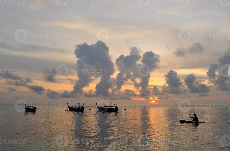 Tailândia. Ilha Phiphi. paisagem mágica do nascer do sol foto