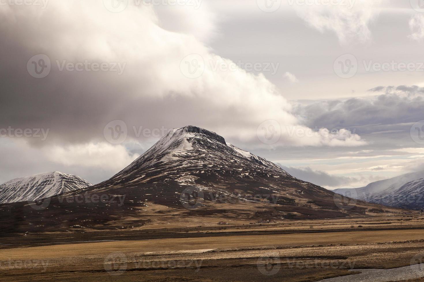 impresionante paisaje de montaña volcánica en islandia foto