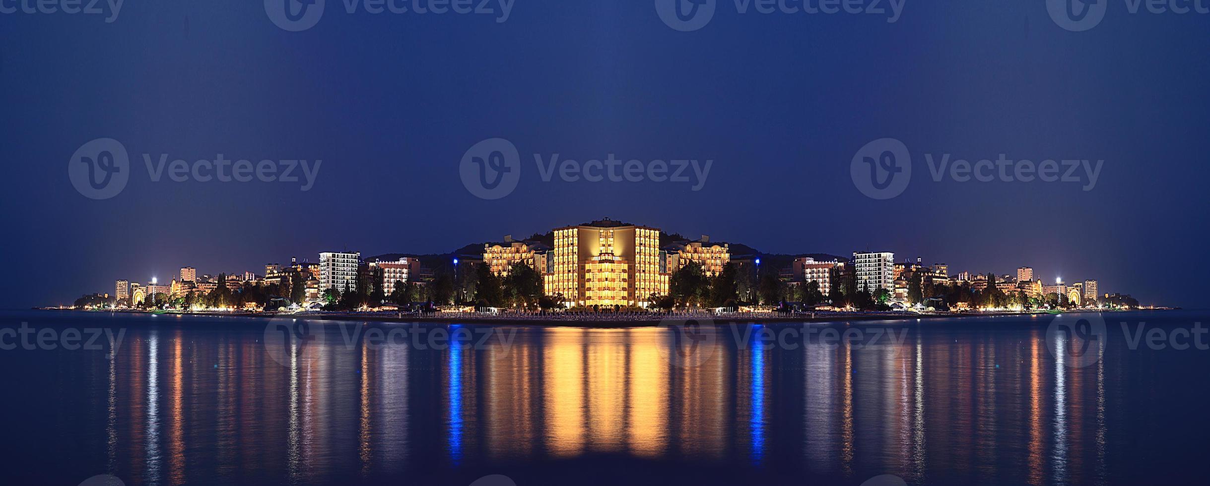 noite paisagem panorama mar hotéis luzes foto