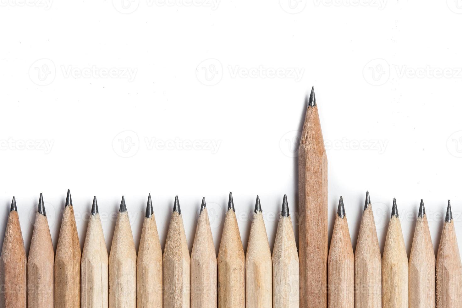 una matita di legno in piedi fuori dalla fila foto