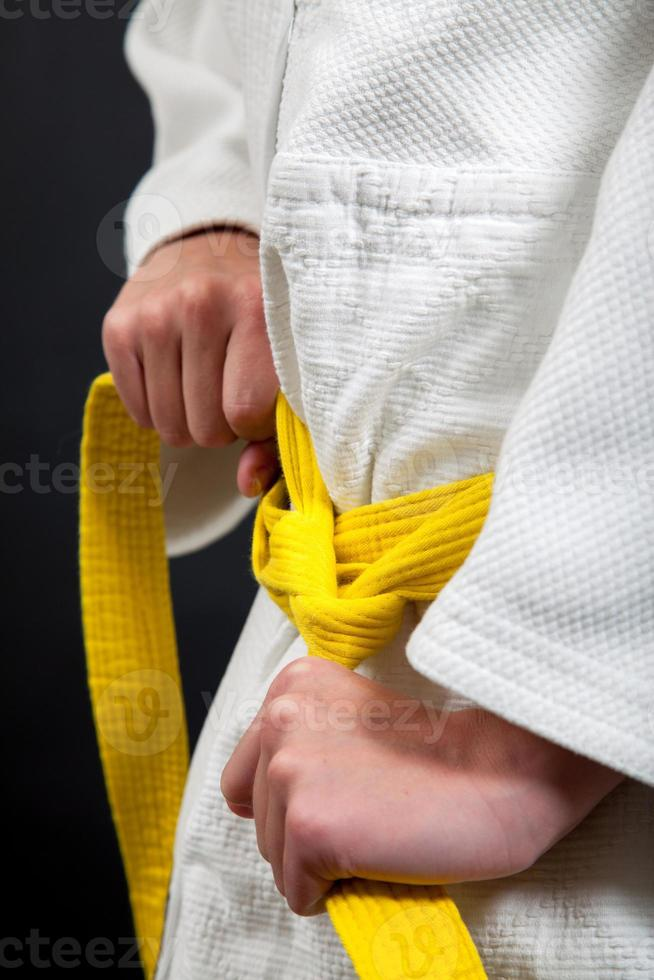 cinturón de judo amarillo foto