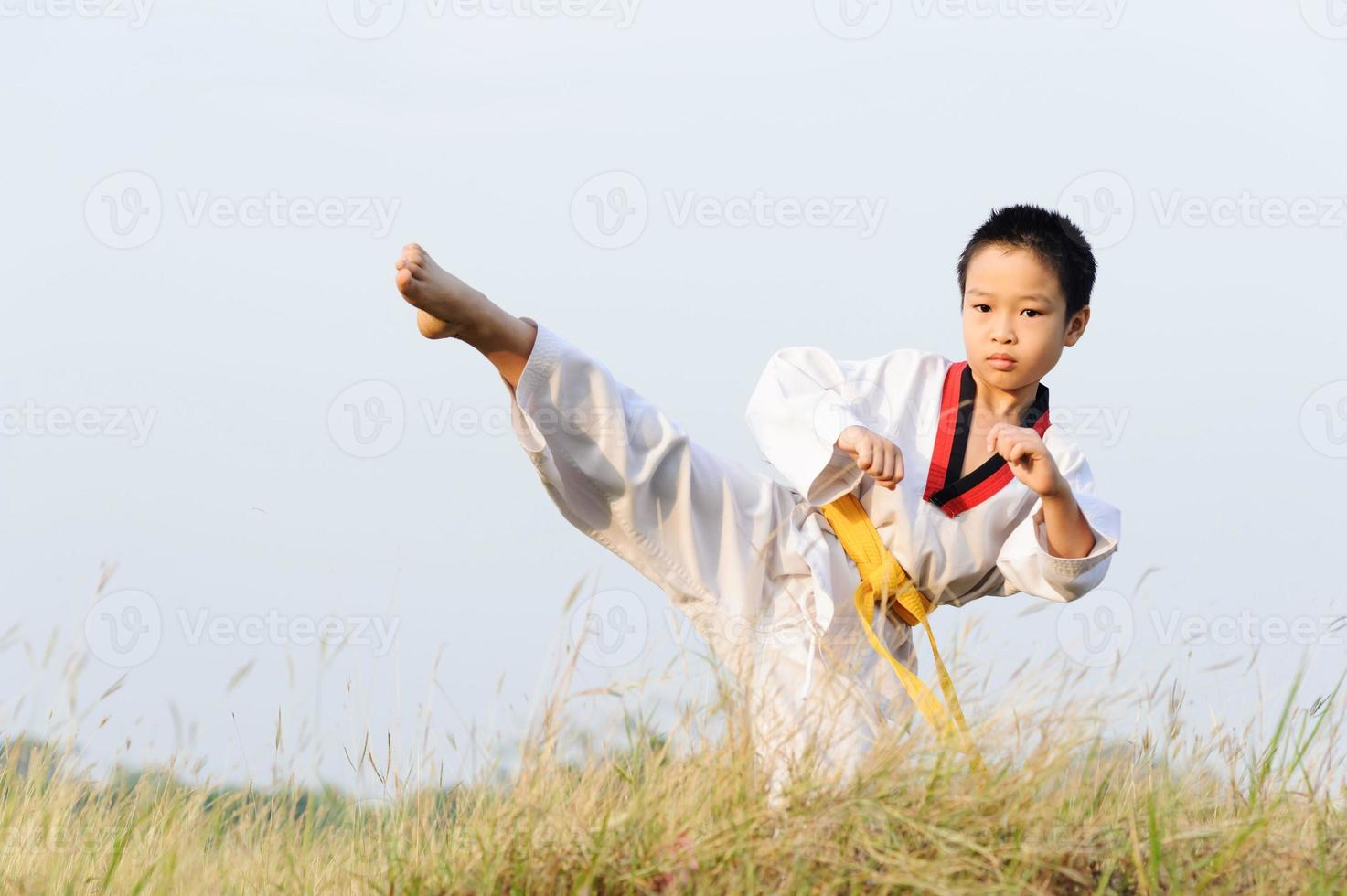 Aziatische jongen beoefent taekwondo foto