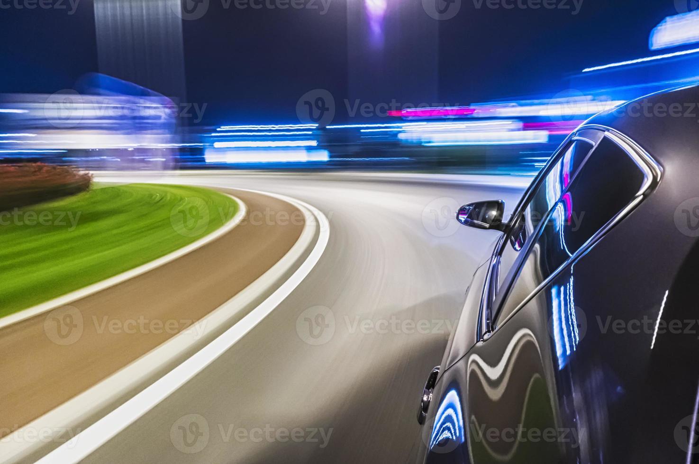 conduciendo un auto por la noche foto