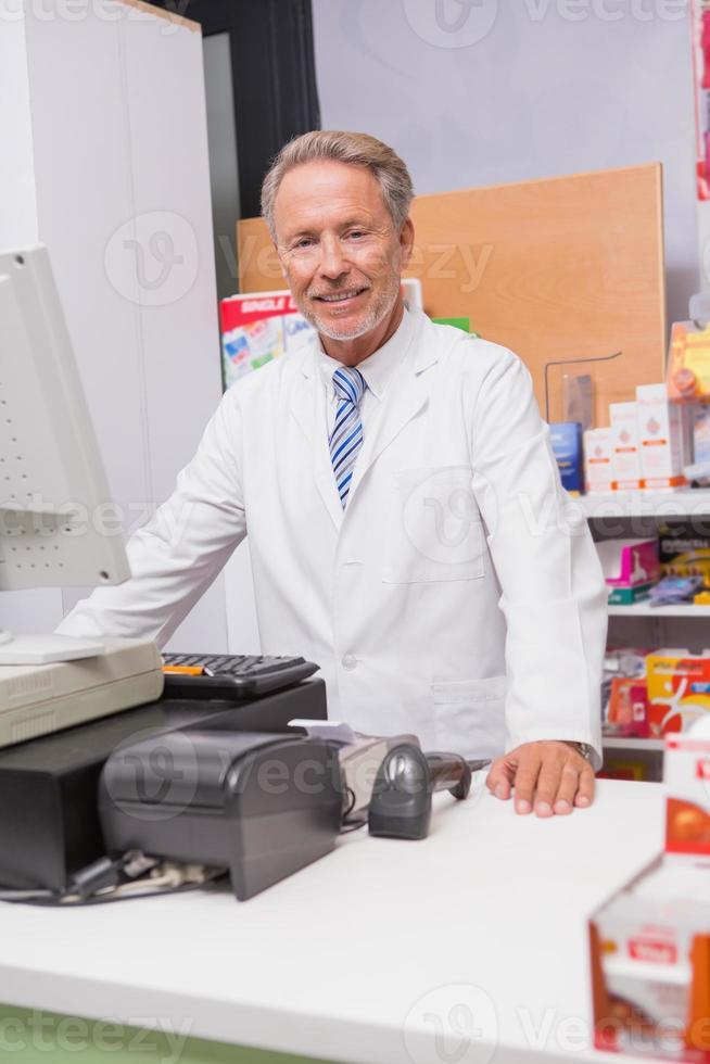 farmacéutico senior usando la computadora foto