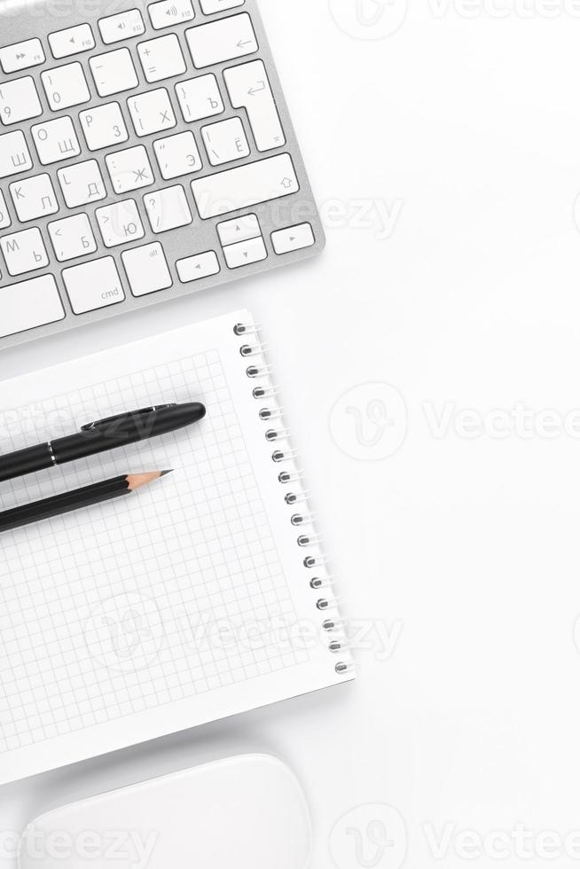 table de bureau avec ordinateur et fournitures photo