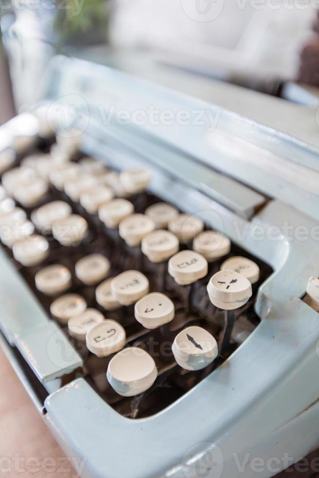 antiguas teclas de máquina de escribir manual en idioma tailandés. foto