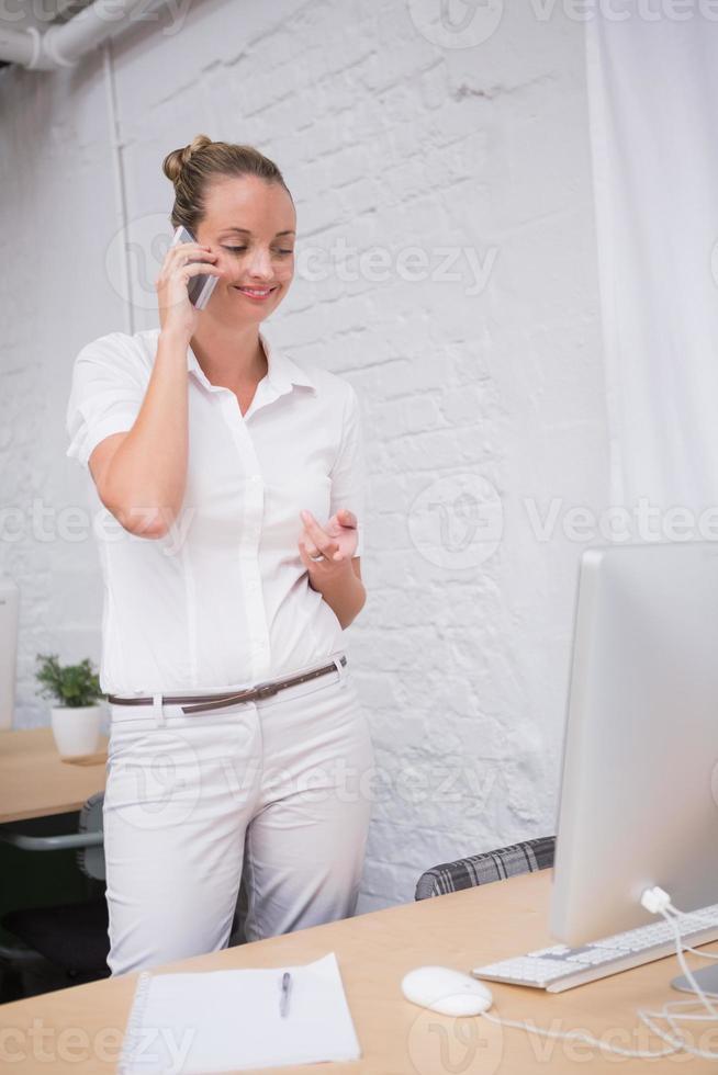 empresária usando telefone celular no escritório foto