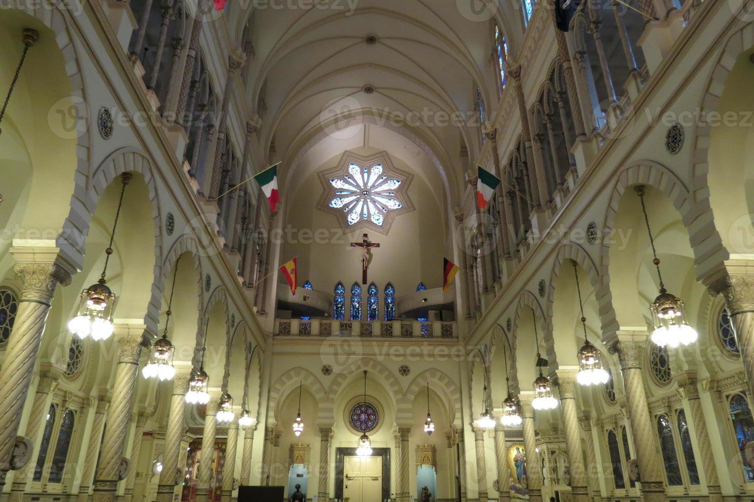 nave iluminada da igreja foto