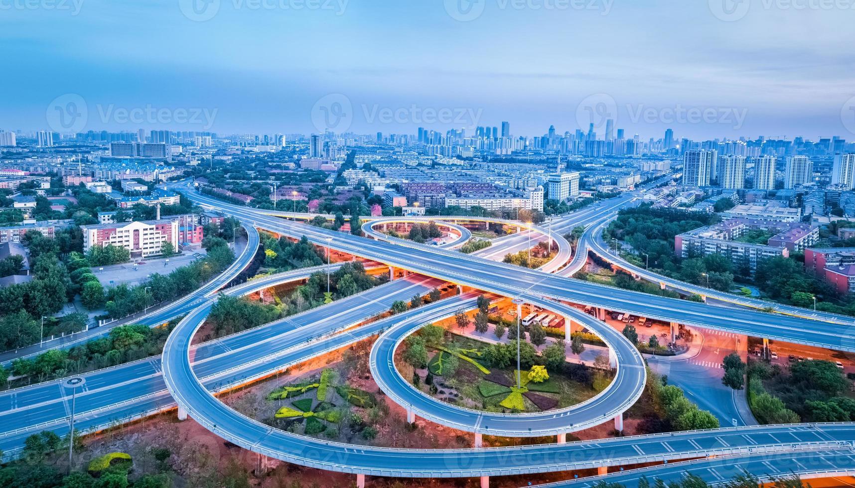 panoramisch uitzicht over de verkeerswisselaar foto