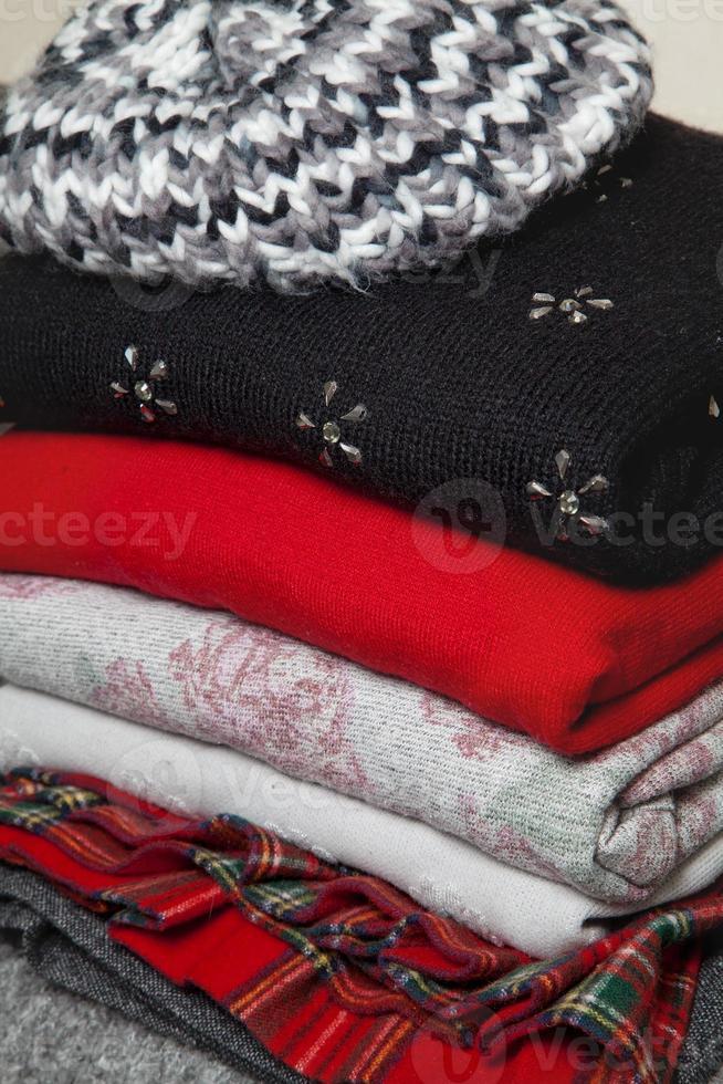 pila de ropa de invierno foto