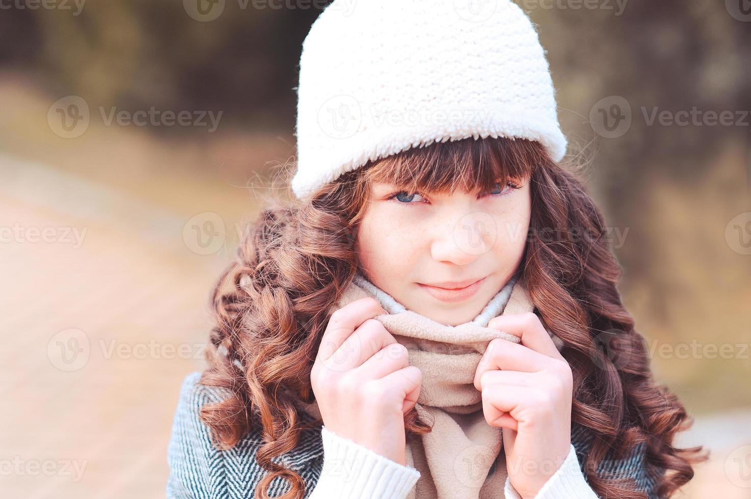 stijlvolle meisje in de winter buiten foto