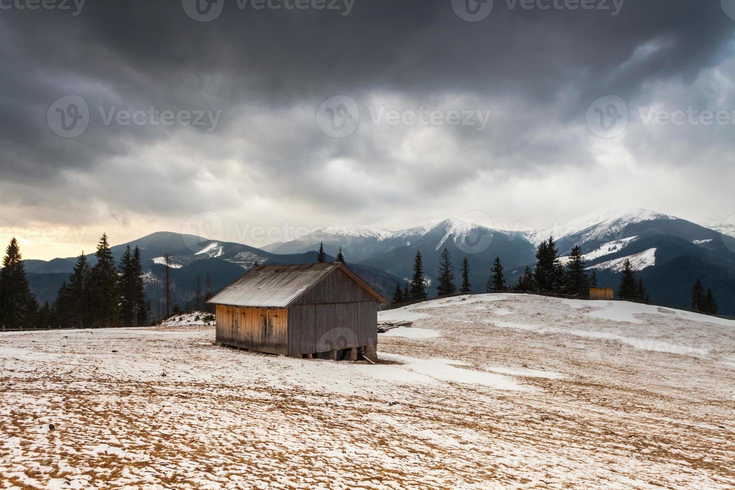casa de madera en bosque de invierno foto
