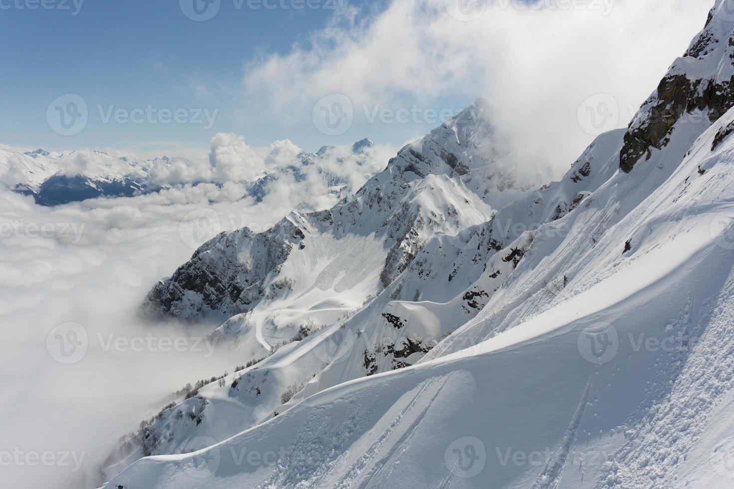 montañas de invierno y cielo nublado foto