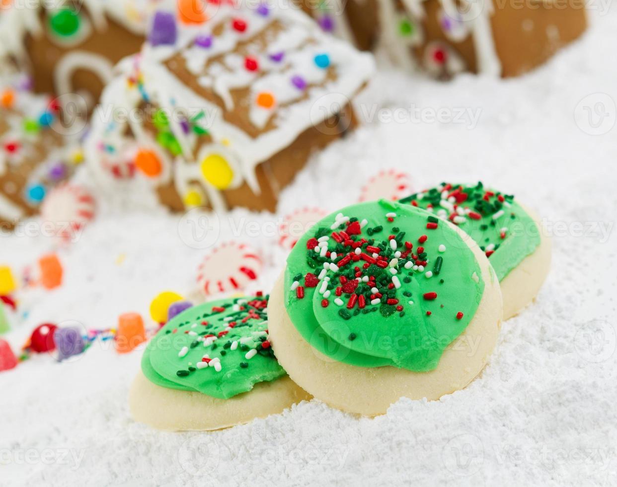 frosted kerstkoekjes voor het seizoen van vreugde foto