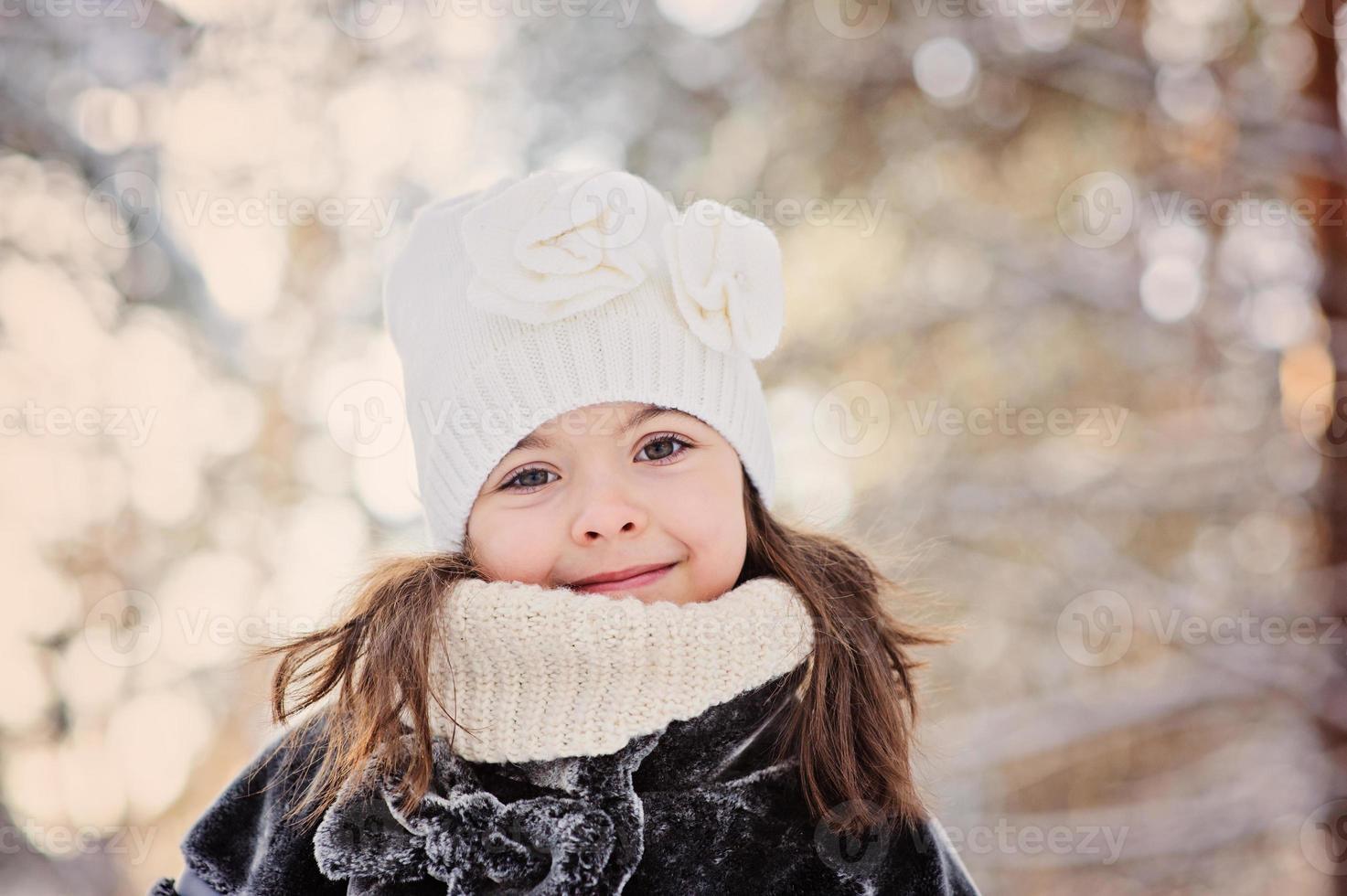 fille enfant heureux sur la promenade dans la forêt d'hiver enneigé photo