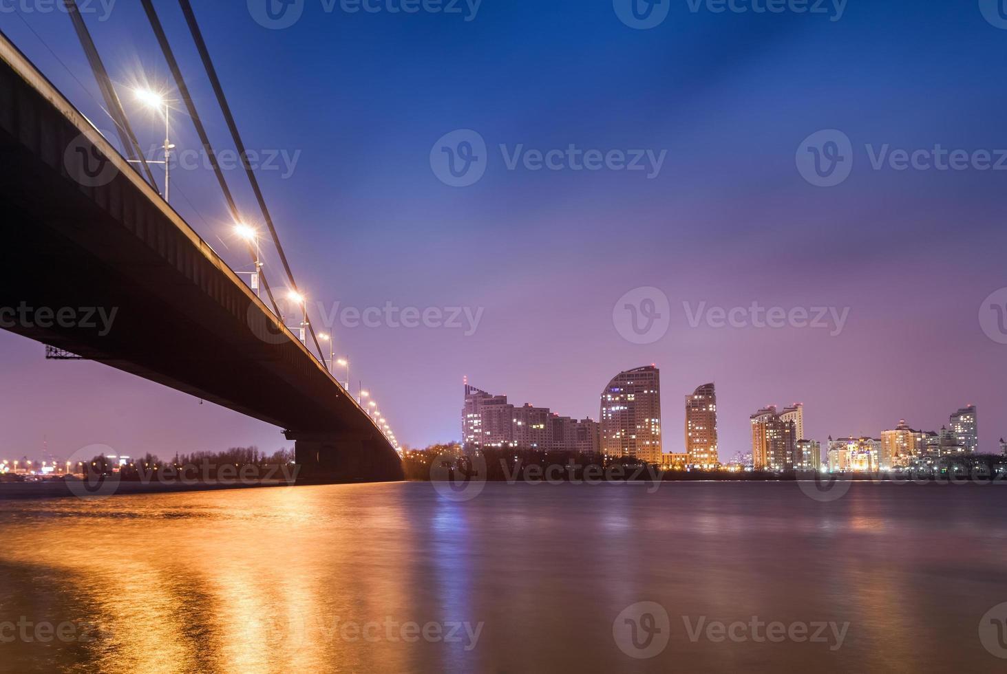 puesta de sol sobre el puente y el río en la ciudad. Kiev, Ucrania foto