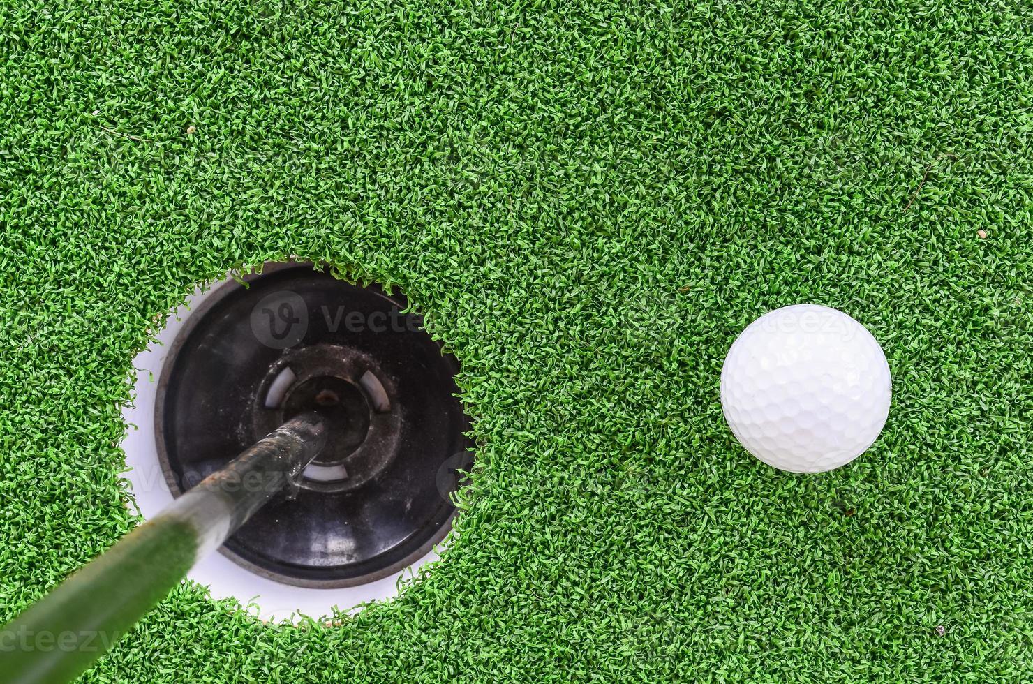 pelota de golf y hoyo foto