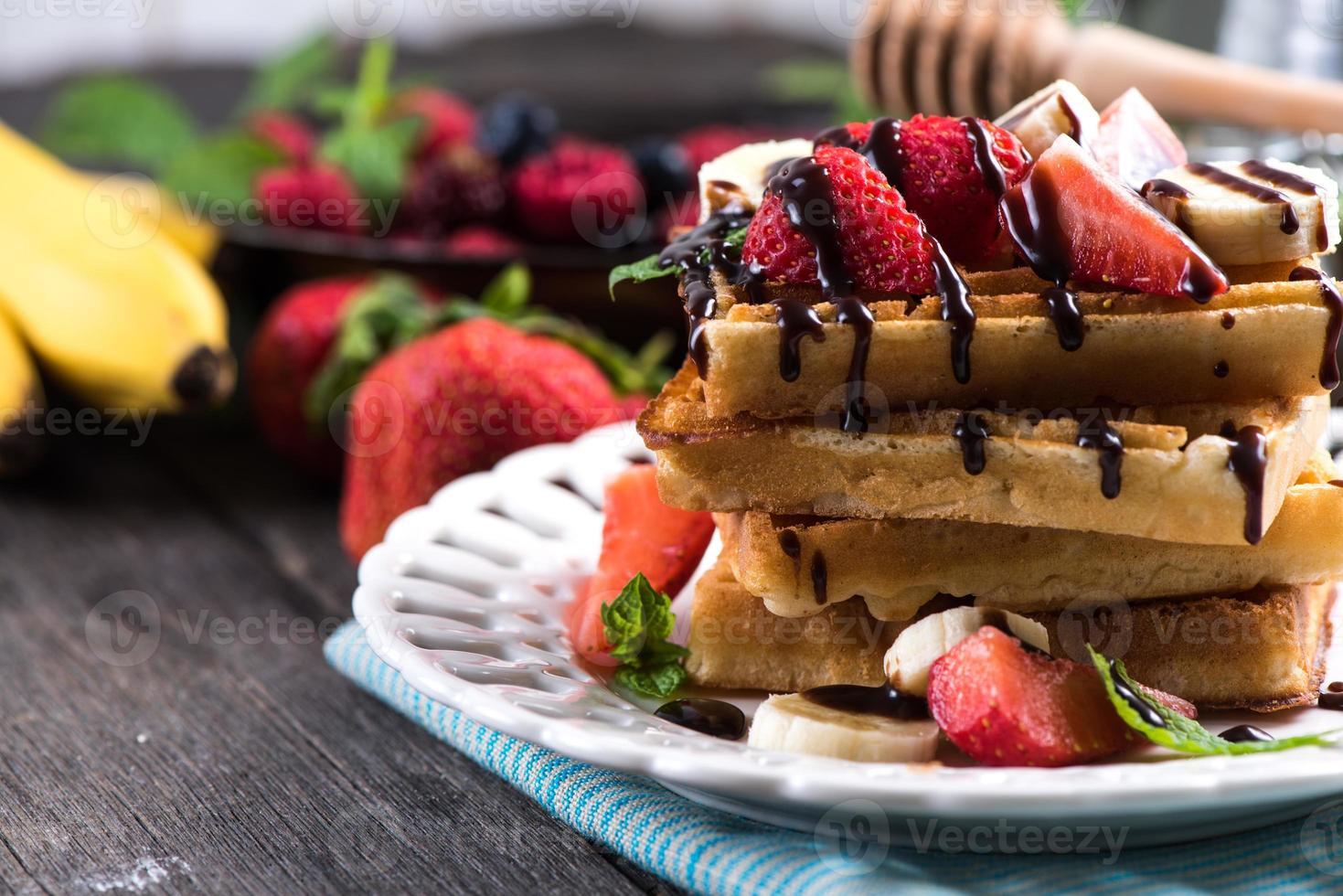 waffles dulces con frutas y chocolate foto