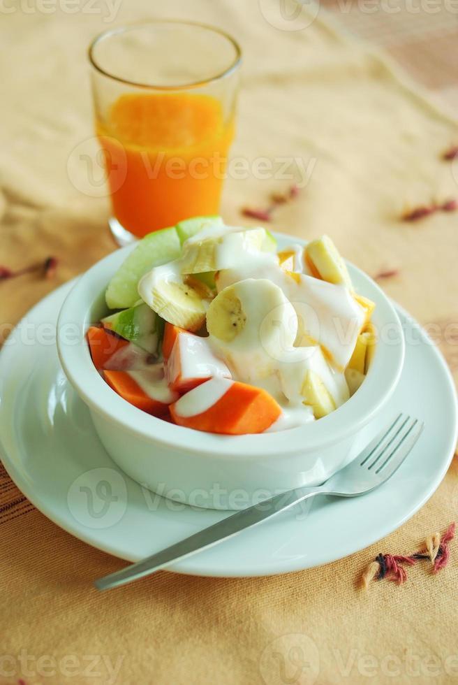 ensalada mixta de frutas frescas con yogurt y jugo de naranja foto