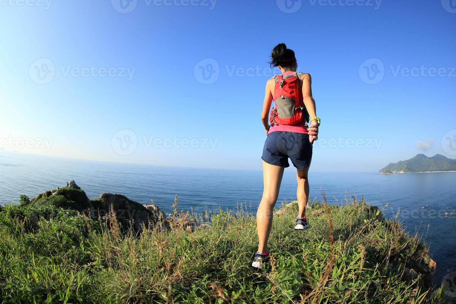 joven fitness mujer trail runner disfrutar de la vista foto