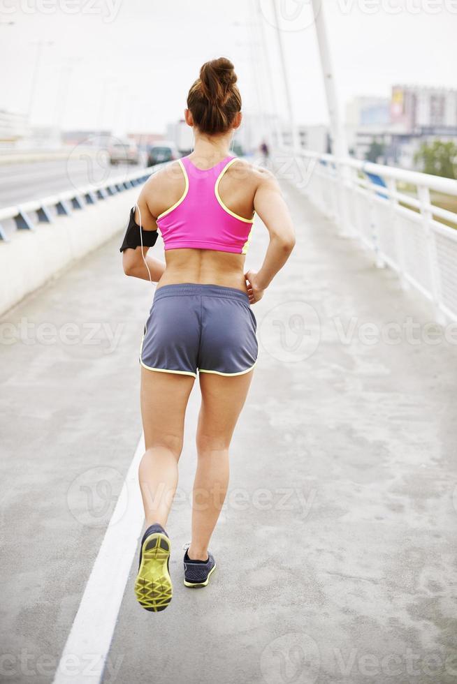 mujer corriendo temprano en la mañana foto
