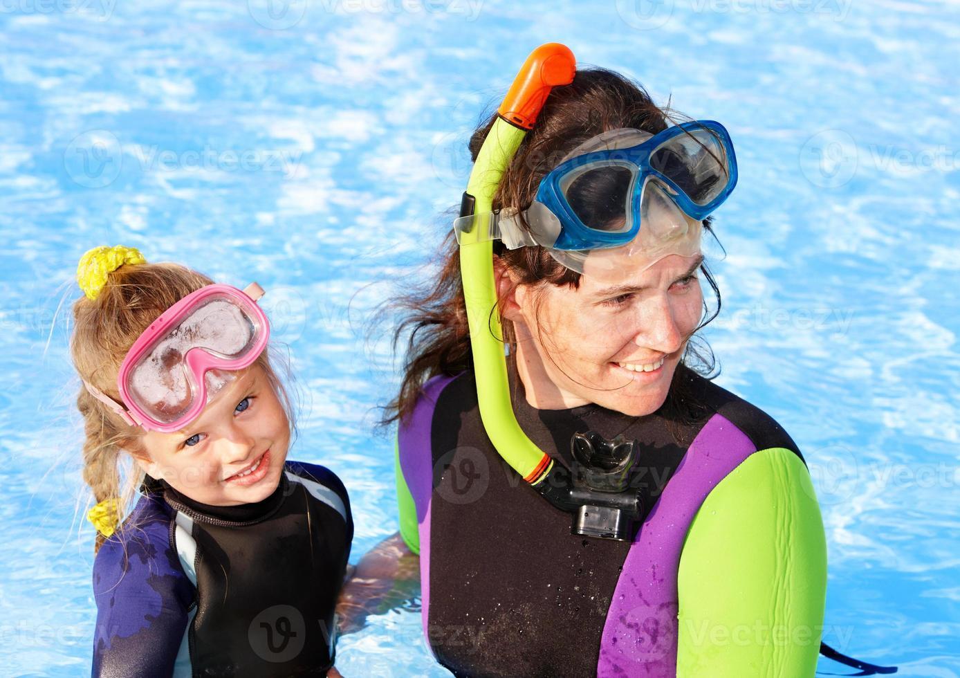 Niño con madre en la piscina. foto