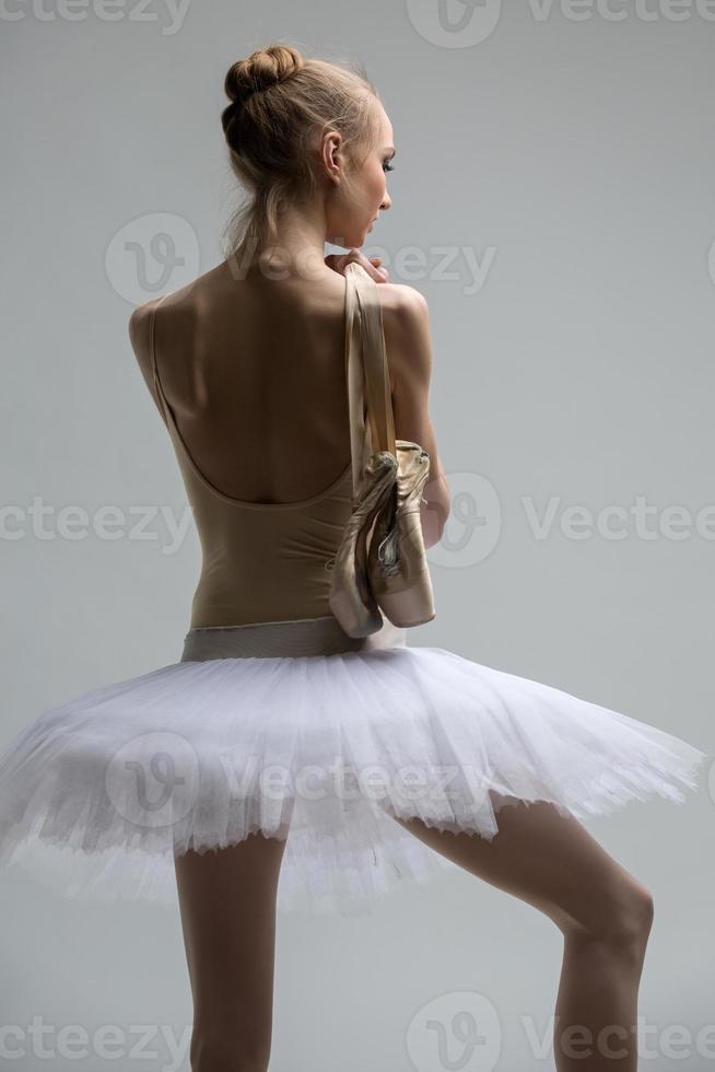 Retrato de joven bailarina en tutú blanco foto