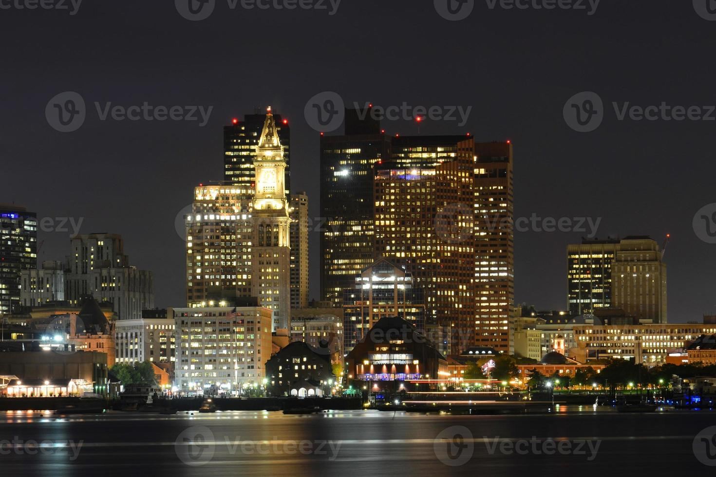 Horizonte de Boston en la noche, Massachusetts, EE.UU. foto