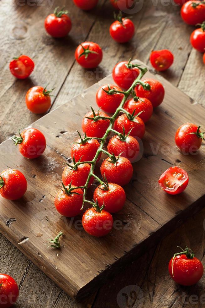 tomates cherry orgánicos rojos crudos foto