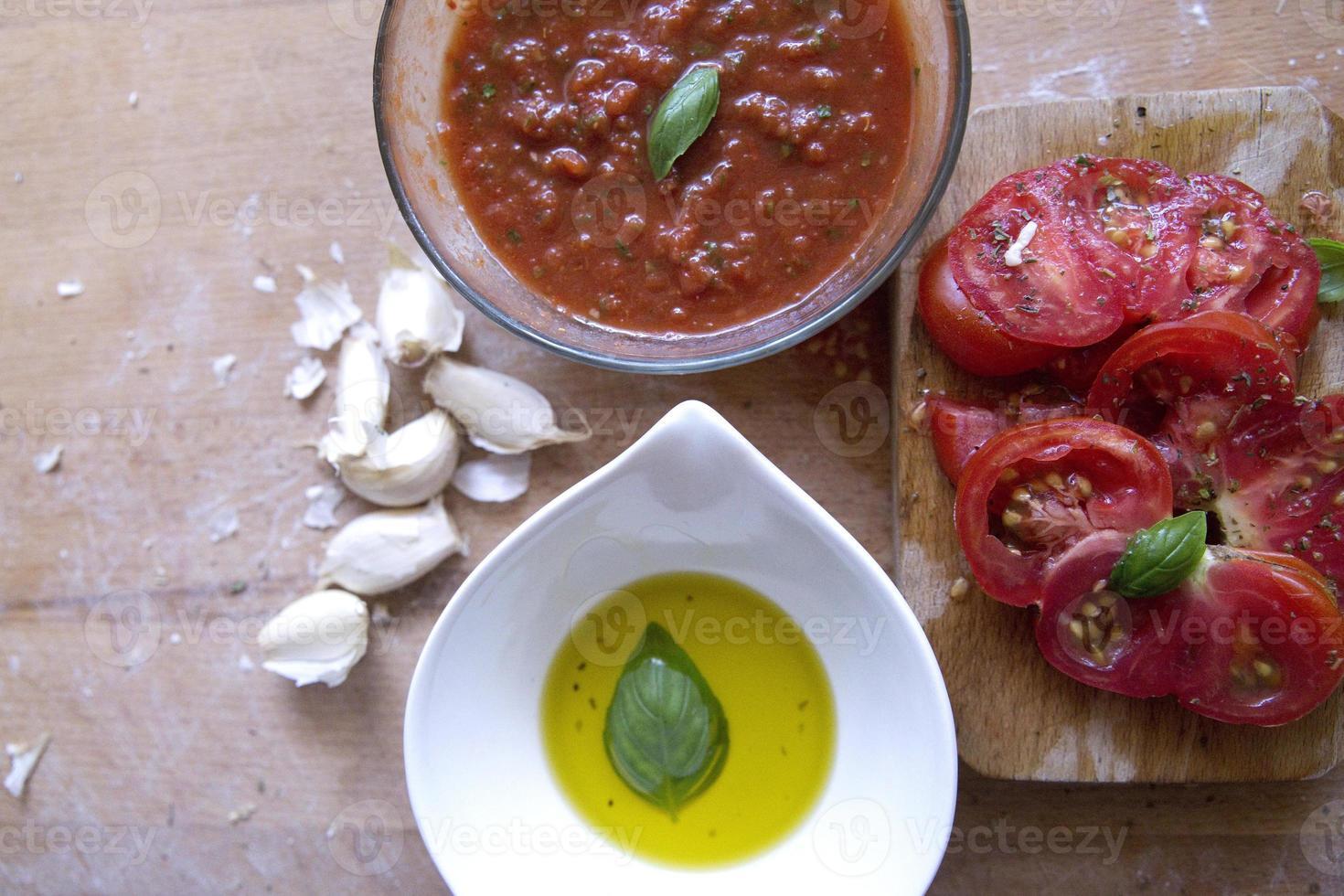salsa de tomate con hierbas foto