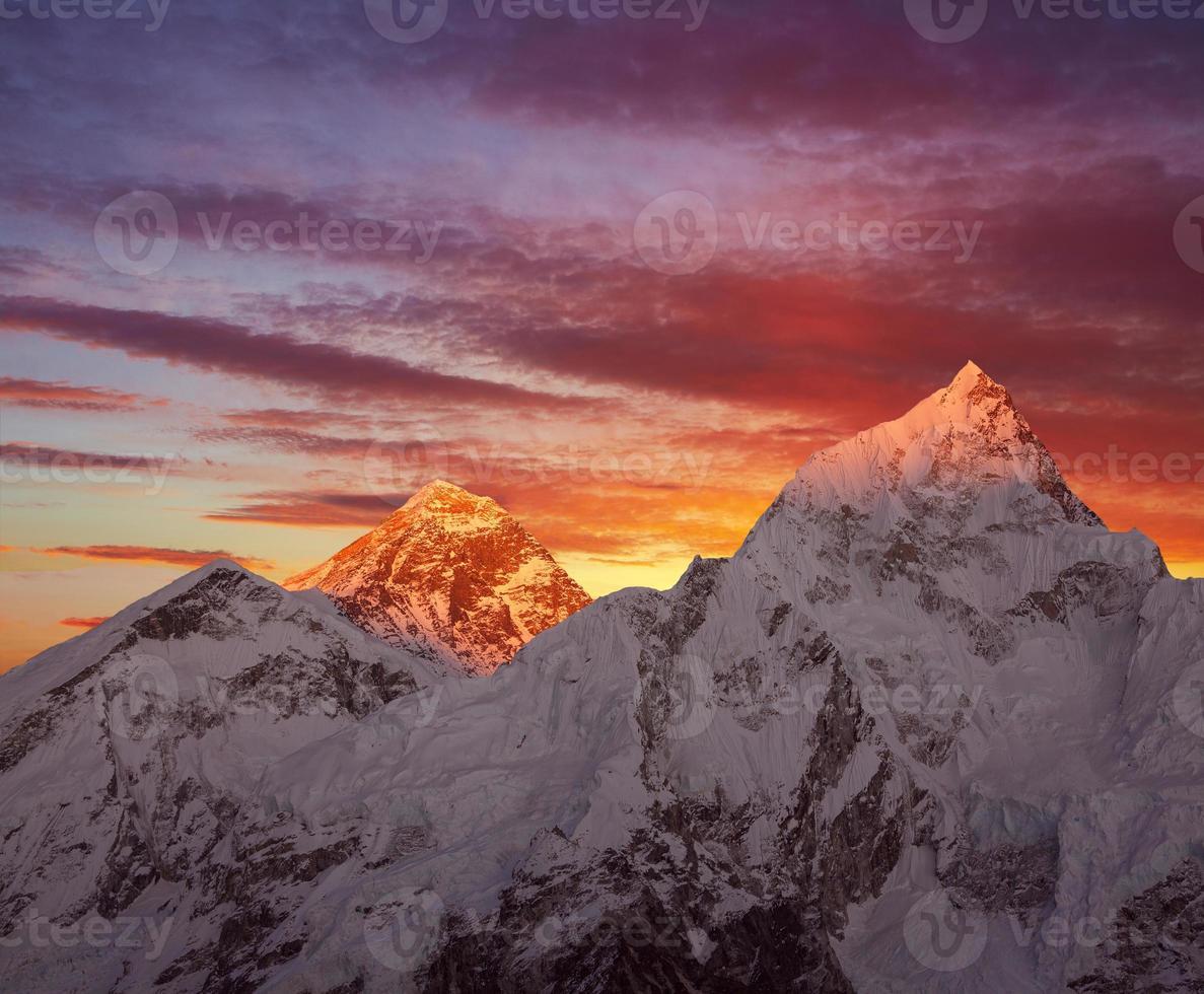 puesta del sol del monte everest foto