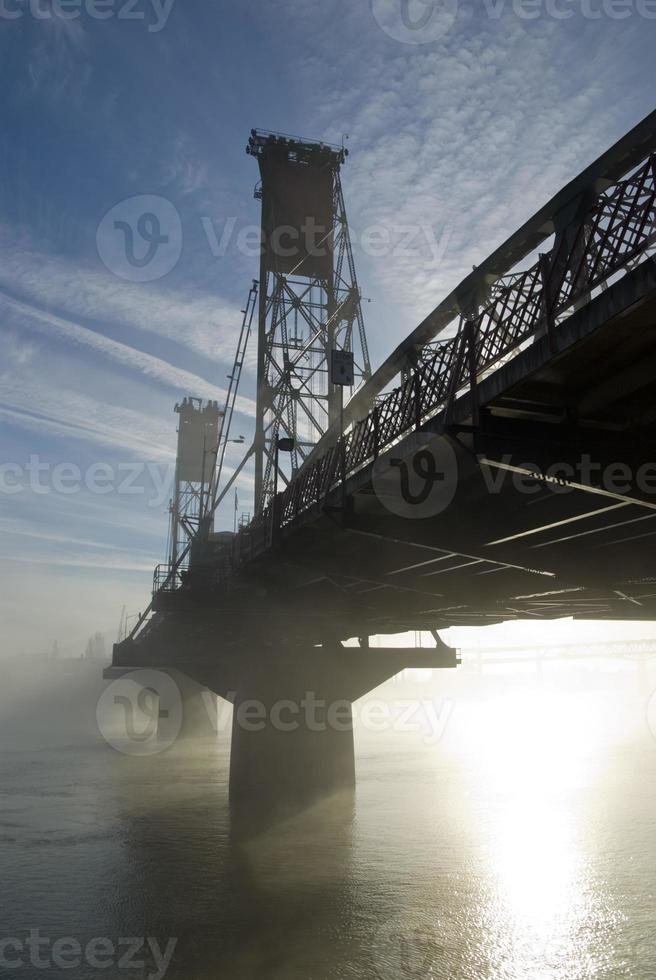 Puente Hawthorne en la niebla. foto