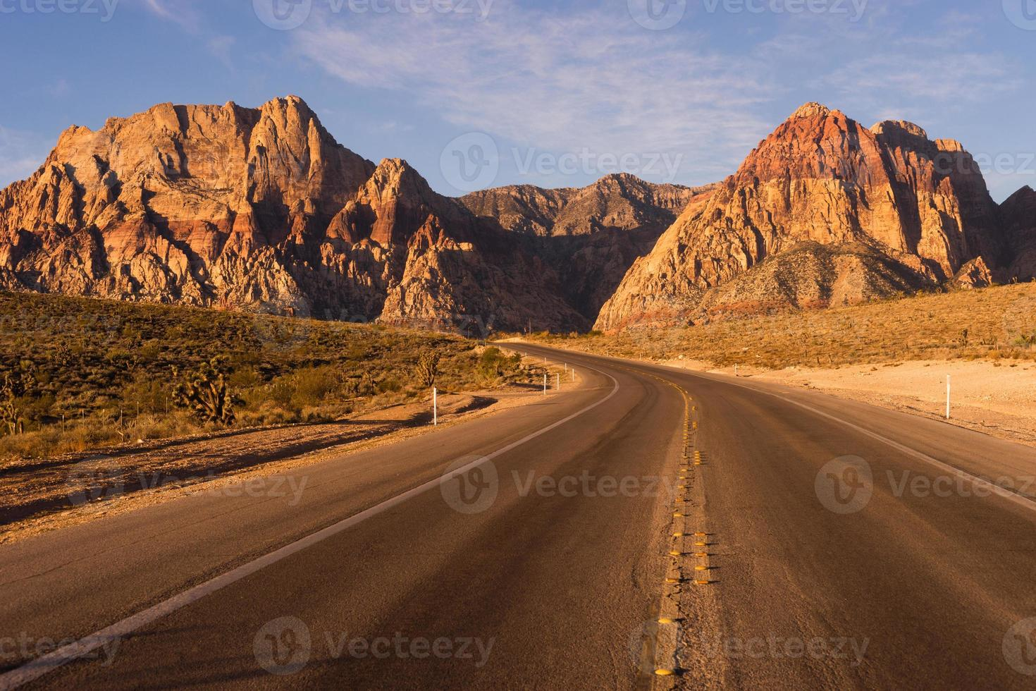 Carretera de dos carriles Red Rock Canyon Las Vegas, EE.UU. foto