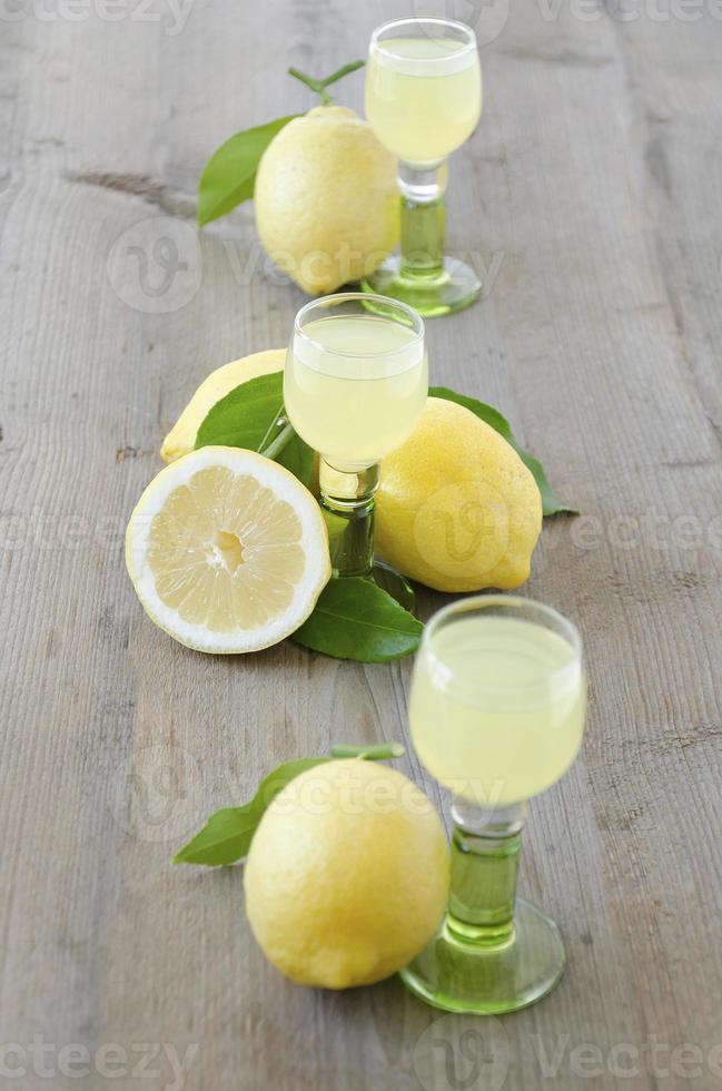 licor de limoncello y limón foto