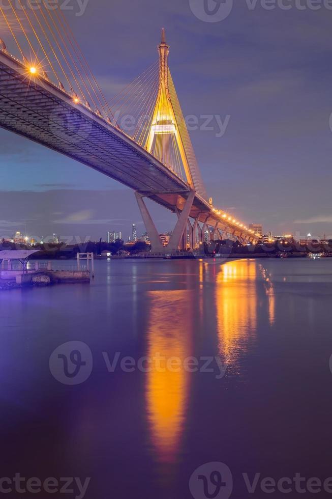 crepúsculo del puente colgante de bangkok foto