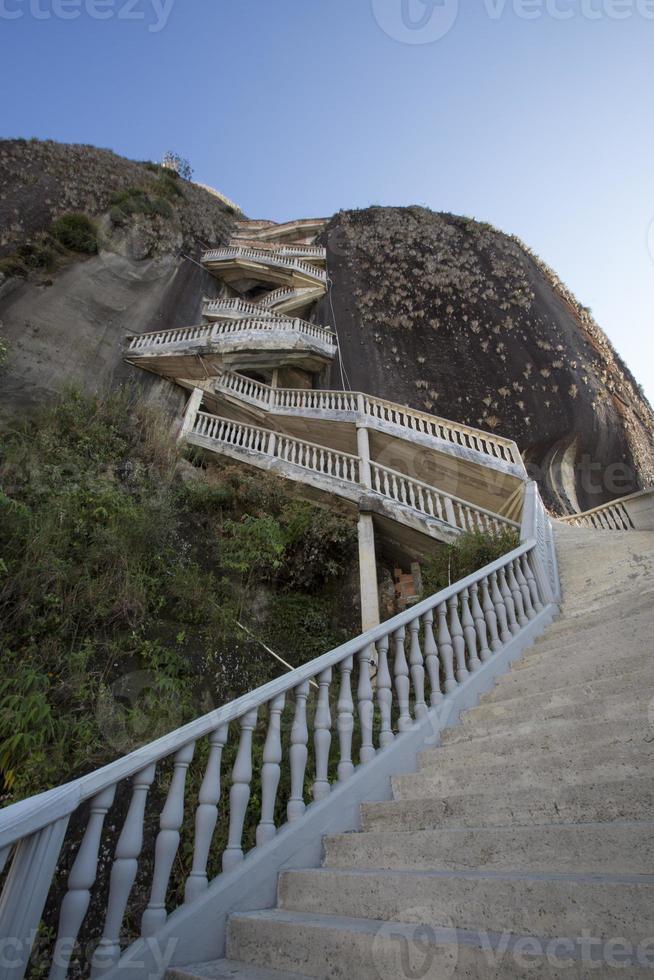escalones empinados subiendo roca de guatape, la piedra el penol foto