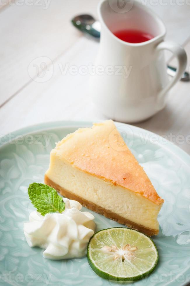 Cheesecake de Nueva York en tablero de madera blanca foto