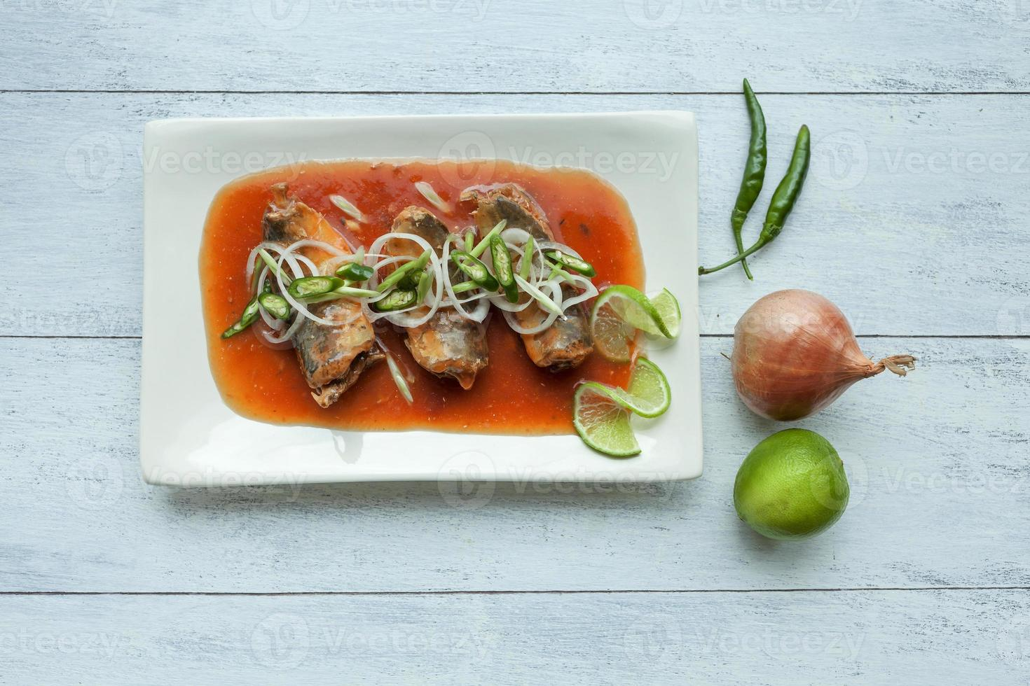caballa enlatada al estilo tailandés en salsa de tomate foto