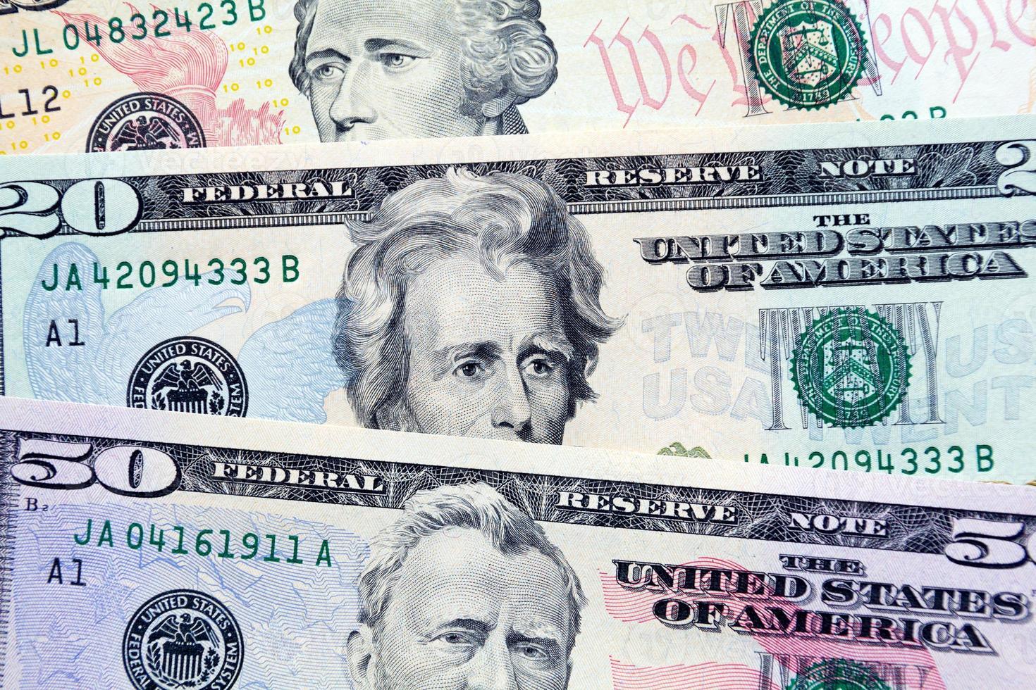 fanático de los billetes de dólar en varias denominaciones foto