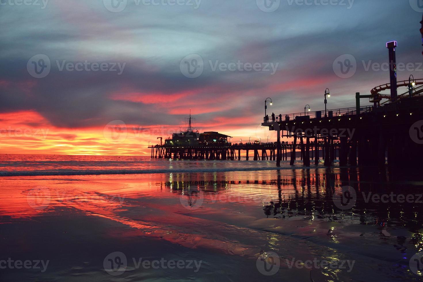hermosa puesta de sol de santa monica foto