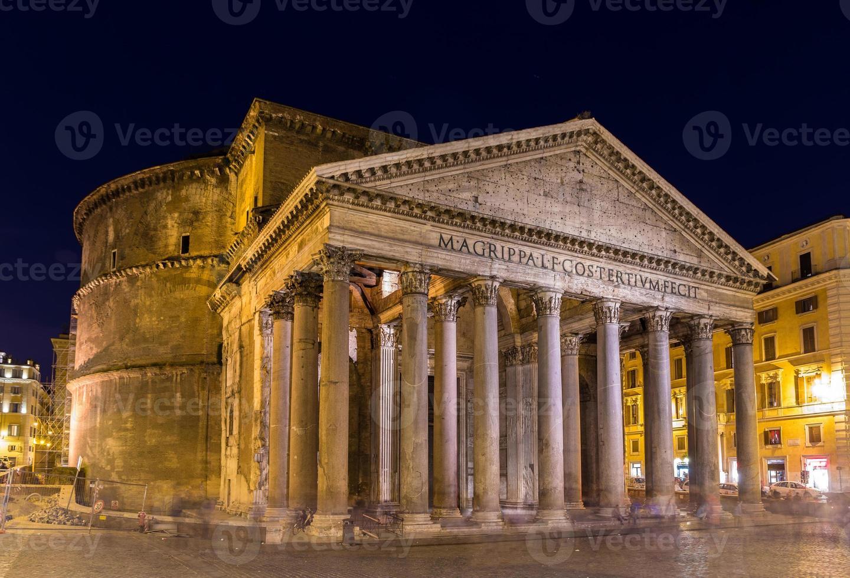 Vista nocturna del panteón en Roma, Italia foto