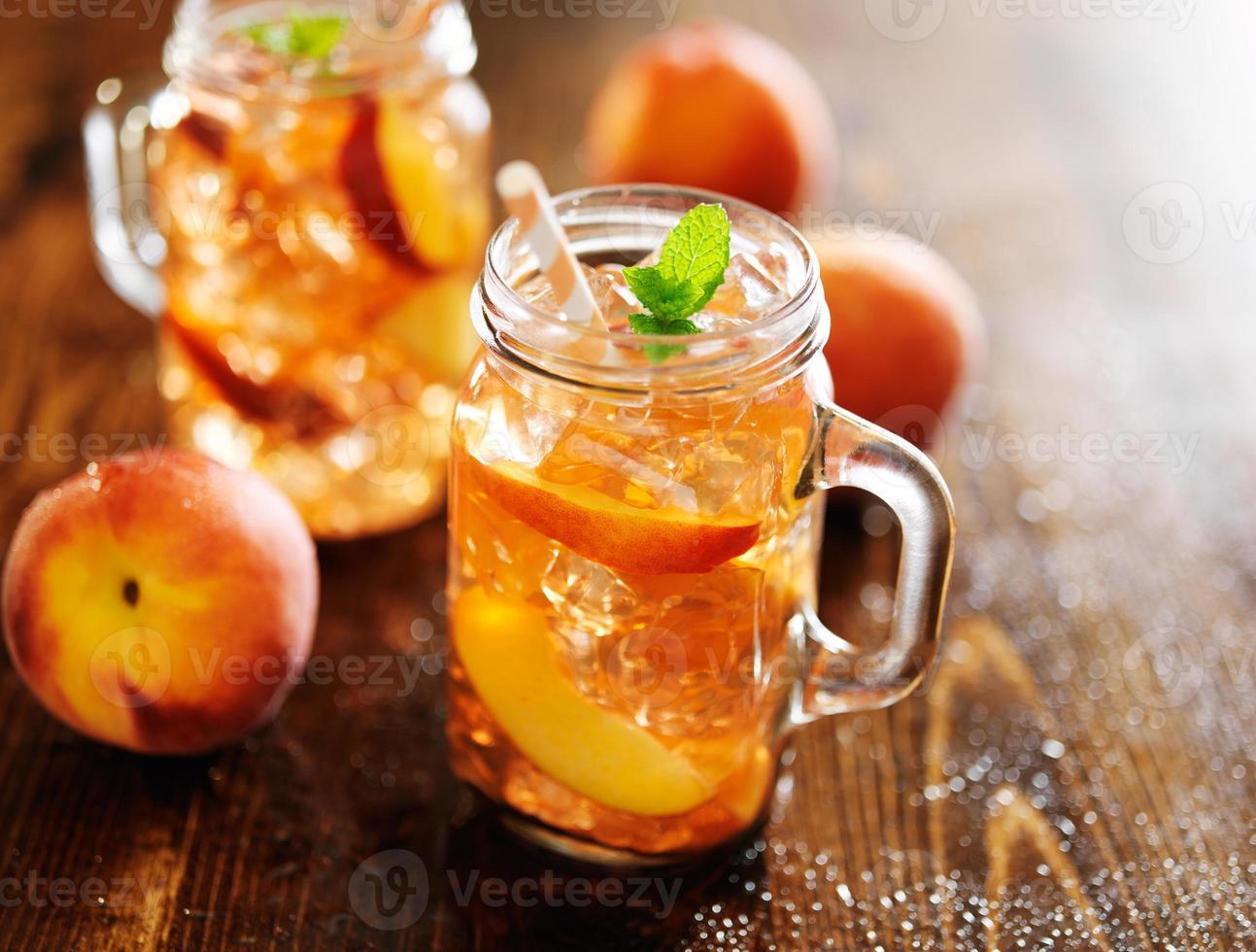 tarros llenos de té dulce de durazno foto