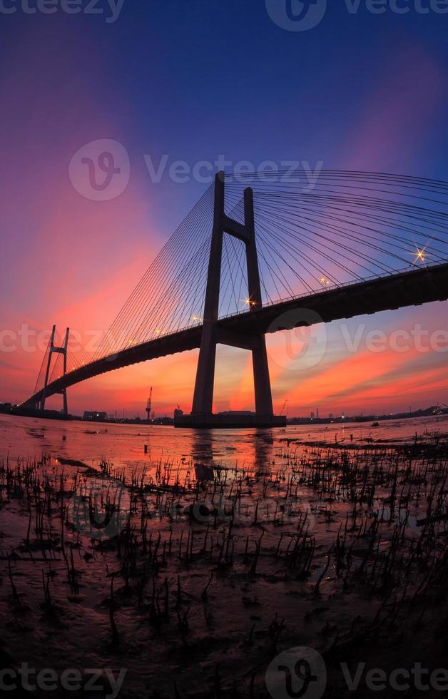 puesta de sol en phu my bridge en ho chi minh city foto