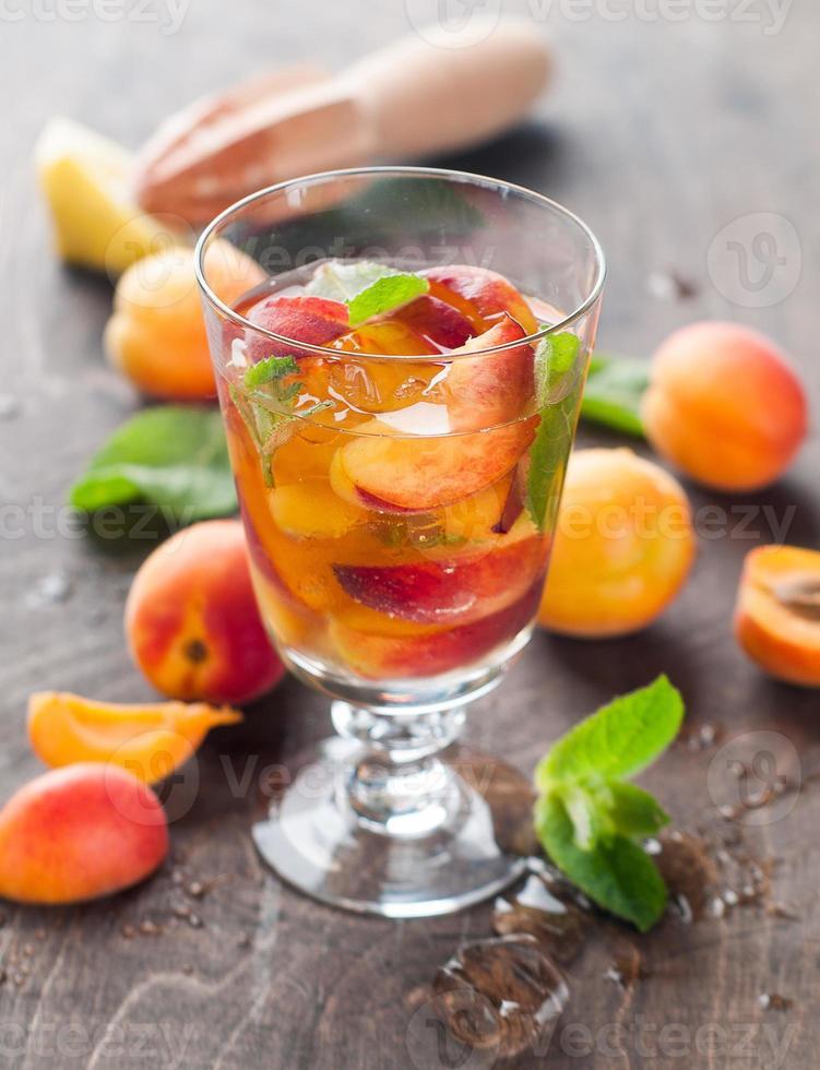 bebida de verano con albaricoque foto