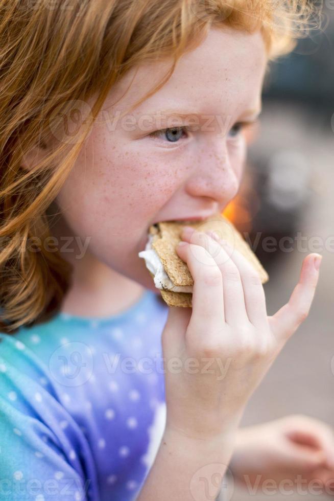 niña come un smore foto