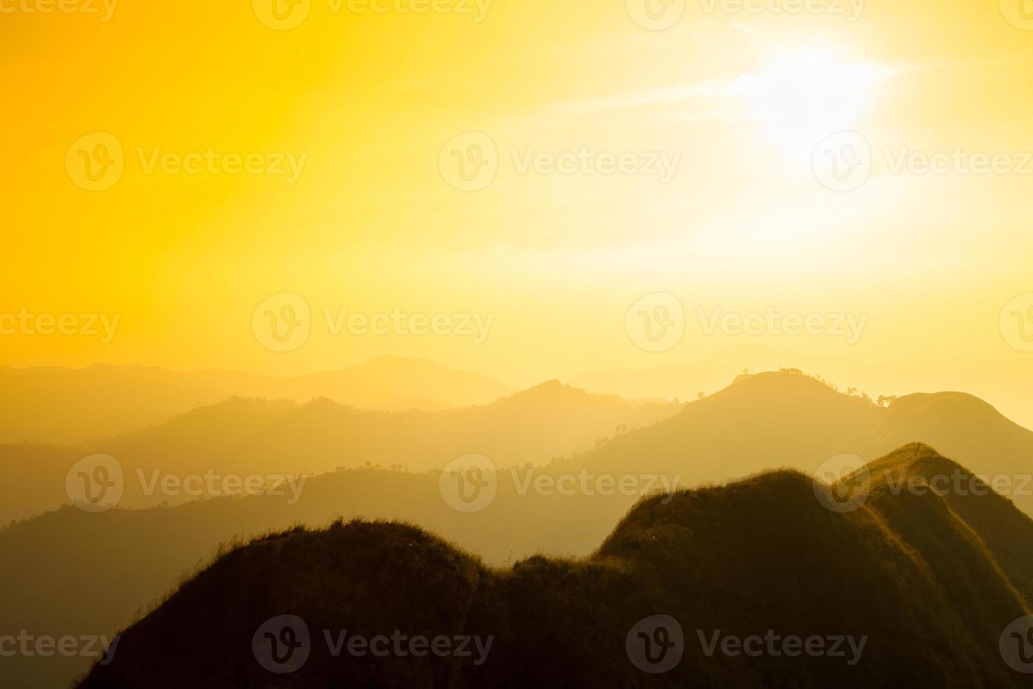puesta de sol montaña y capa, concepto retro vintage foto